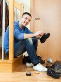 Happy man  cleaning footwear — Foto Stock