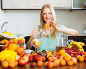 Woman making fruits beverages — Stock Photo