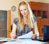Blonde woman fills in documents  — Stockfoto