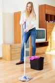Positieve blonde huisvrouw wassen parketvloer — Stockfoto