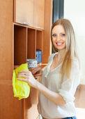 Garota feliz limpa o pó dos móveis — Foto Stock