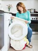Olycklig hemmafru nära tvättmaskin — Stockfoto