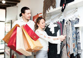 Frau und mann bei boutique — Stockfoto