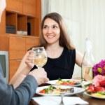 Man and woman having romantic dinner — Stockfoto