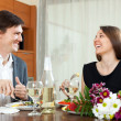 Man and woman having romantic dinner — Stockfoto