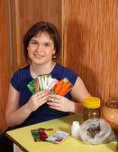 種子を持つ女性 — ストック写真