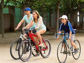 Vrolijke familie fietsen op de weg van de stad — Stockfoto