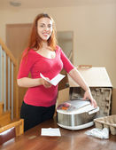 Young red haired housewife with multicooker — Stockfoto