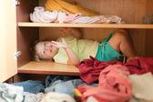 Baby flicka i garderob — Stockfoto