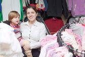 Holčička s matkou v obchodě — Stock fotografie