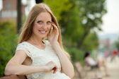 счастливая женщина, разговор по телефону — Стоковое фото
