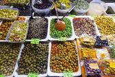 Různé nakládané olivy v plechovkách — Stock fotografie