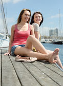 Two smiling young women sitting — Stock fotografie