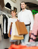 Young couple with bags at boutique — Stockfoto