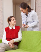 Doctor prescribes to patient medication — Stock Photo