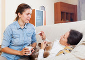 Daughter caring for sick mother — Stock Photo