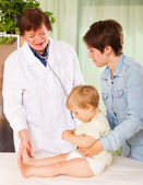 Pediatrician doctor examing baby   at clinic  — Stock Photo
