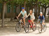 Fietsen op straat weg en gelukkige familie — Stockfoto