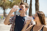 Young couple drink water — Foto de Stock