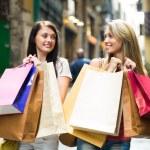 kızlarla alışveriş torbaları — Stok fotoğraf #48992611