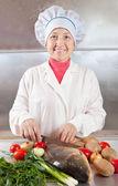Vrouw met karper vis koken — Stockfoto