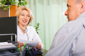 Doctor talking with elderly patient — Stockfoto