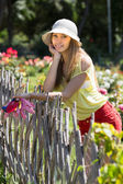 Floreria mujer trabajando en jardín — Foto de Stock