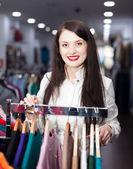 S úsměvem mladá žena výběr oblečení — Stock fotografie