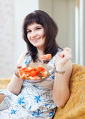 Positive casual woman eats veggie salad  — Stock Photo