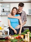 台所で抱き締めて幸せなカップル — ストック写真