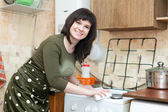 Happy  woman cleans gas stove   — Foto Stock