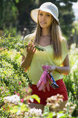 Smiling florist in yard gardening — Stock Photo