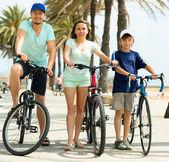Lachende familie fietsen over stad — Stockfoto