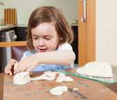 Child learns to make dough figurines — Stok fotoğraf