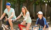 Familie paardrijden fietsen in park — Stockfoto