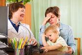 Doctor examining baby — Fotografia Stock
