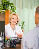 Doctor talking with aged male patient — Stock Photo