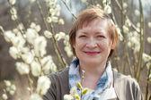 зрелая женщина в завод пассивиллоу весны — Стоковое фото