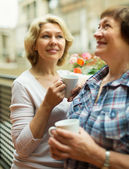 Two mature women drinking coffee — Stock Photo