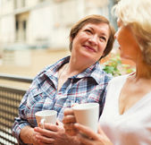 Two seniore women drinking coffee — Stock Photo