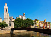 Bridge over  Onyar and Collegiate Church  with Gothic Cathedral  — Stock Photo