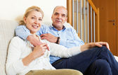 Gerne Älteres Paar zusammen in Wohngebäude — Stockfoto