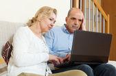 Couple senior avec ordinateur portable — Photo