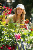 Felices floristas femeninos en el trabajo del delantal — Foto de Stock