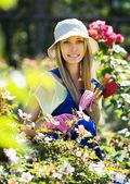 Tuinman in uniform in de tuin — Stockfoto