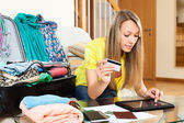 Woman using credit card and tablet — Stock Photo