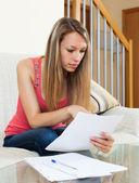 женщина, работающая с бумагами — Стоковое фото