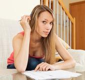 Vrouw die werkt met papieren — Stockfoto