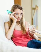 девушка с стакан воды и таблетки — Стоковое фото