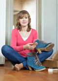 Woman cleans footwear — Stock Photo